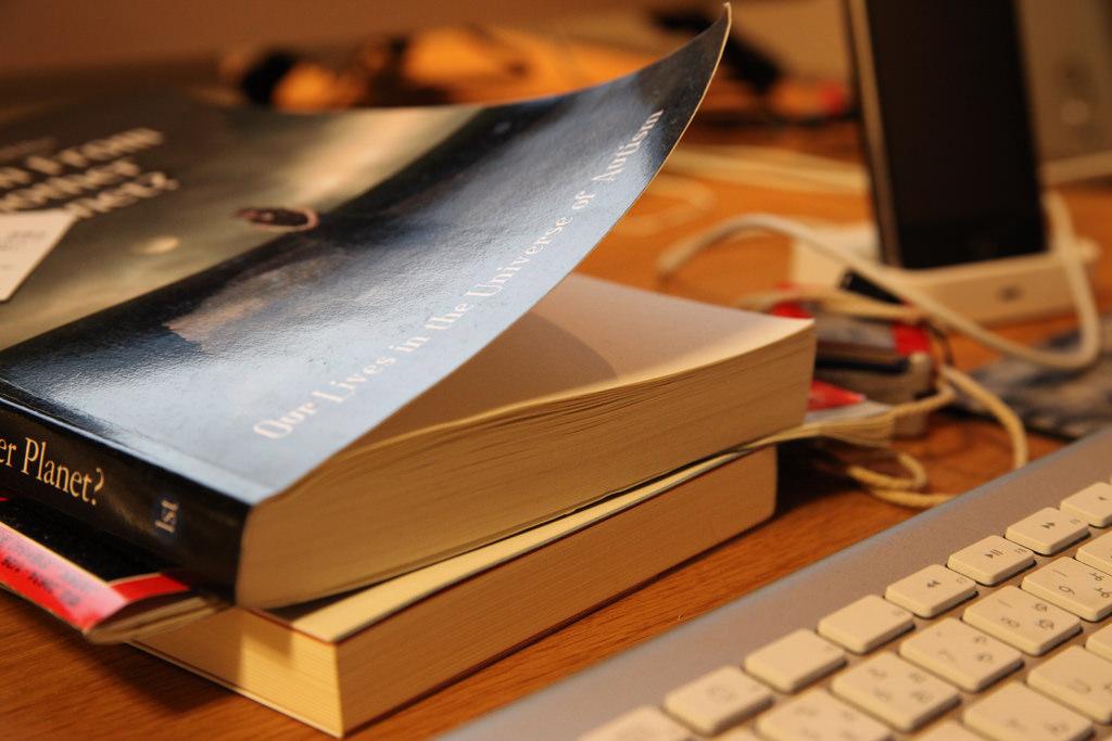 Macのキーボードと本