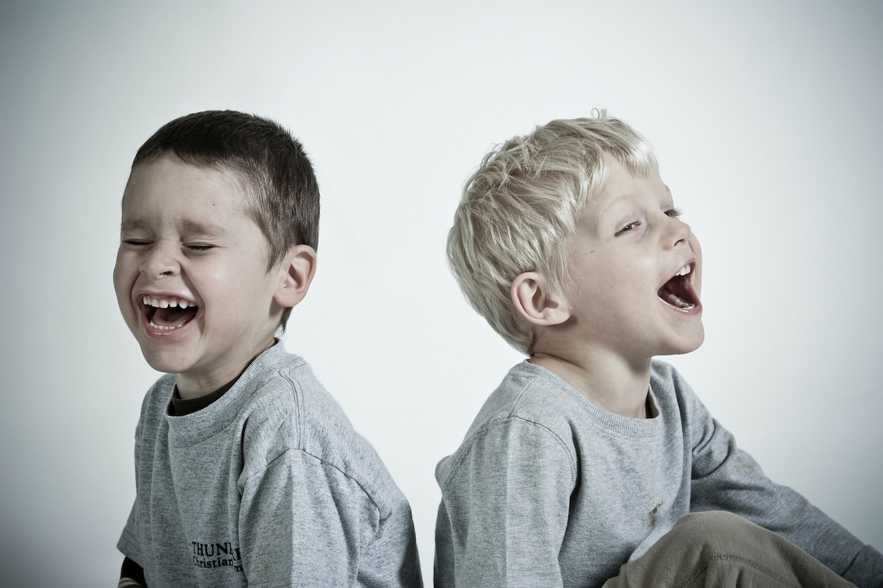 2人の笑っている少年
