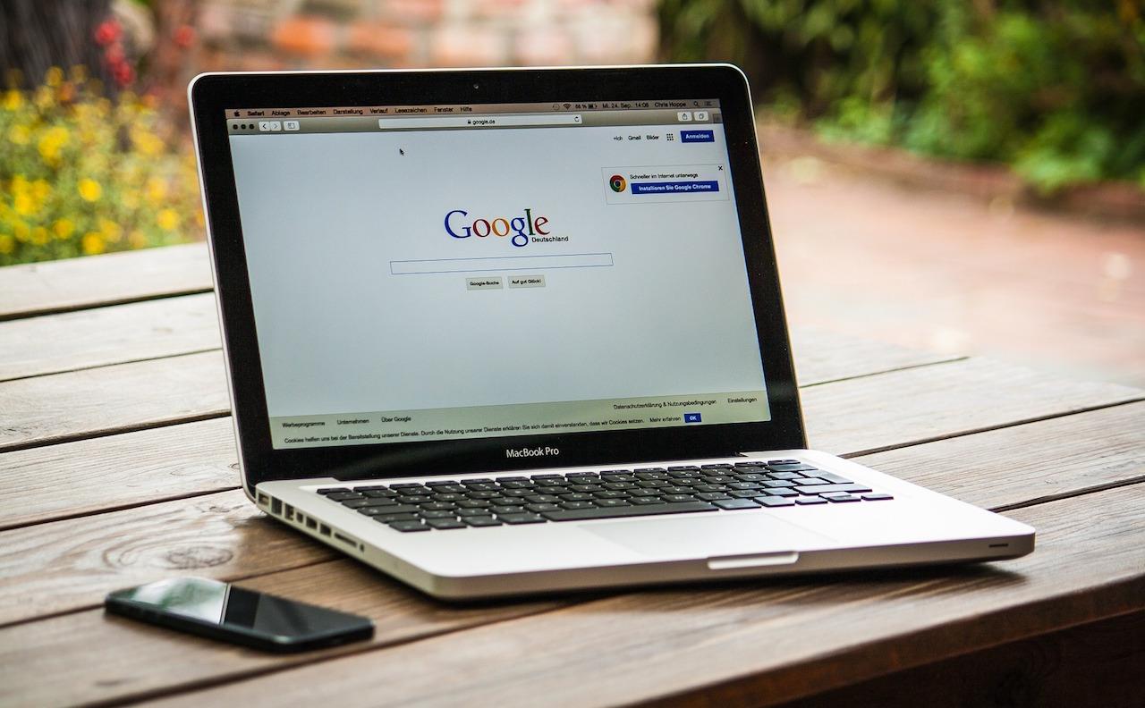 MacBookProとGoogle検索画面